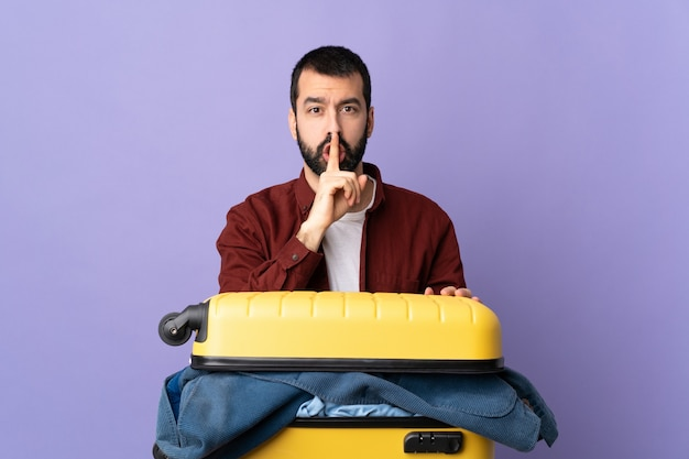 Hombre con barba sobre fondo aislado