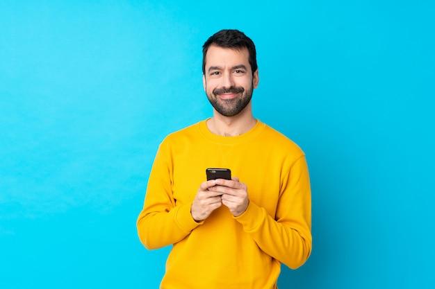 Hombre con barba sobre pared aislada