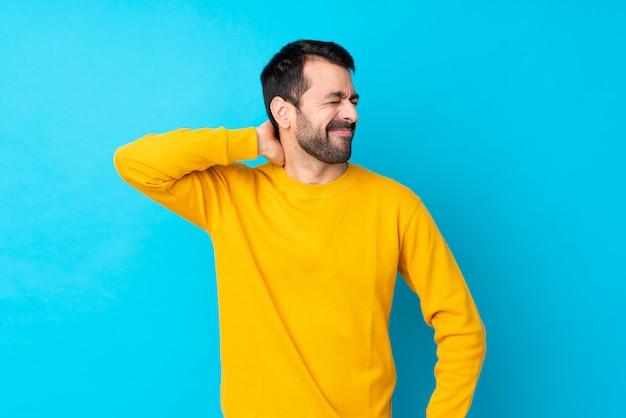 Hombre con barba sobre pared azul aislado