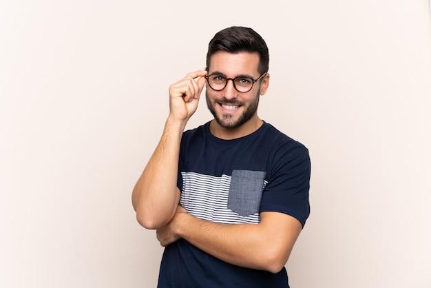 Hombre con barba sobre pared