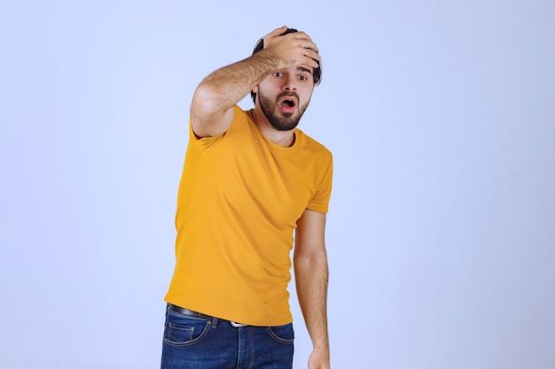 El hombre con barba tiene dolor de cabeza y se siente mal