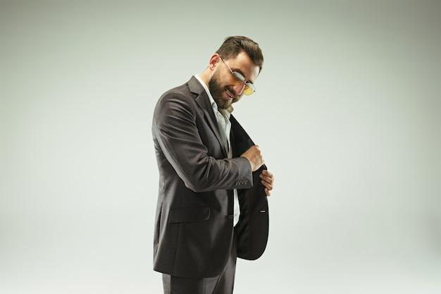 El hombre con barba en un traje con cartera de cuero