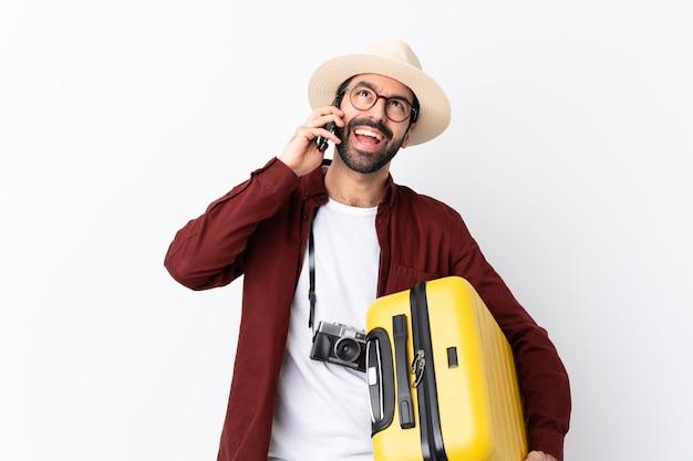 Hombre con barba va a viajar sobre pared aislada
