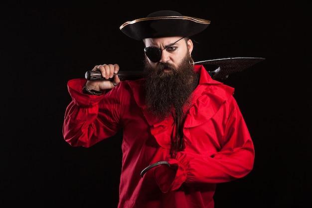 Hombre bárbaro disfrazado de pirata para halloween. bandido con un hacha y un gancho.