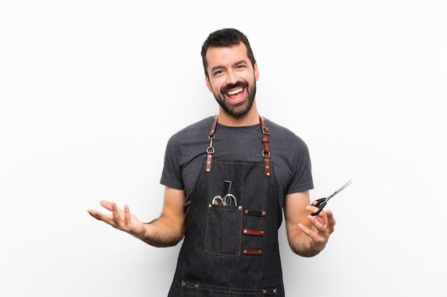 Hombre de barbero en un delantal sonriendo