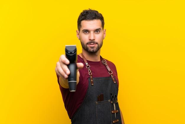 Hombre de barbero en un delantal