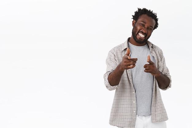 Hombre barbudo afroamericano despreocupado guapo descarado y coqueto, usar ropa casual