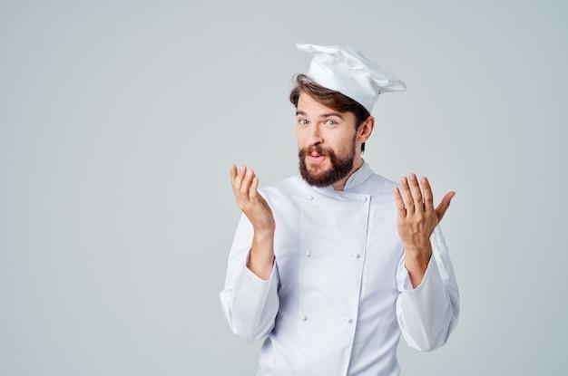 Hombre barbudo chef uniforme cocinando emociones posando studio