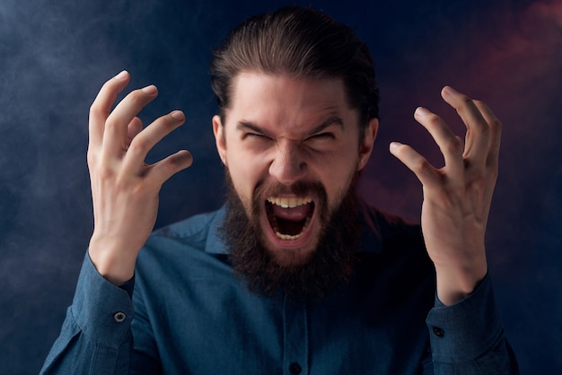 Hombre barbudo cigarrillos vape posando emociones primer plano. foto de alta calidad