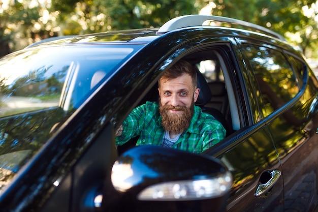 Hombre barbudo en el coche