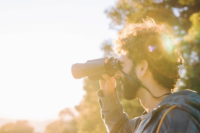 Hombre barbudo con binoculares