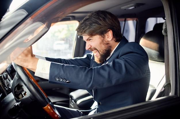 Hombre barbudo conduciendo un servicio de estilo de vida de lujo de viaje en coche