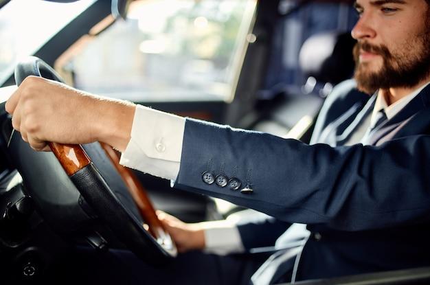 Hombre barbudo conductor de pasajero oficial servicio de éxito en la carretera rico