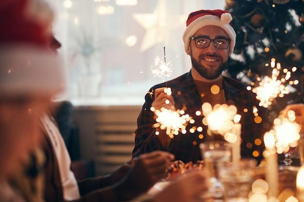 Hombre barbudo disfrutando de la celebración de navidad