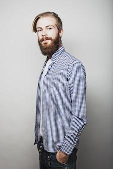 Hombre barbudo elegante