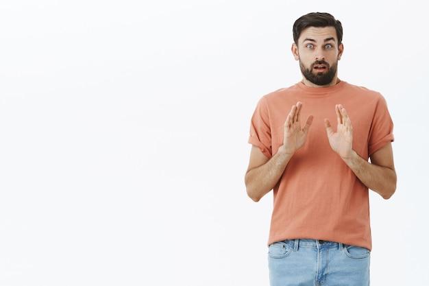Hombre barbudo expresivo en camiseta naranja