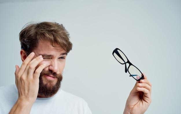 Hombre barbudo con gafas problemas de visión salud