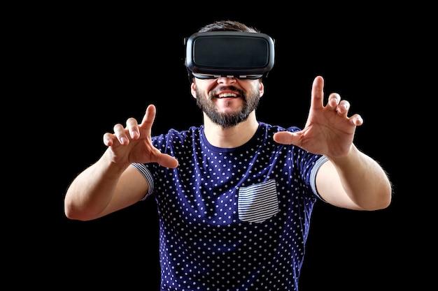Hombre barbudo con gafas de realidad virtual