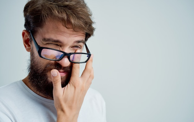Hombre barbudo con gafas tratamiento de problemas de salud de mala vista
