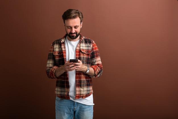 Hombre barbudo guapo hipster elegante en marrón