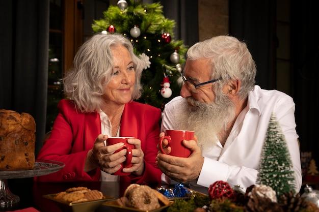 Hombre barbudo y mujer celebrando navidad
