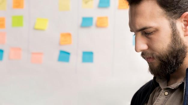 Hombre barbudo pensando en plan de negocios