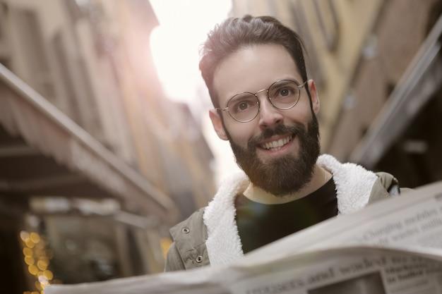 Hombre barbudo con un periódico
