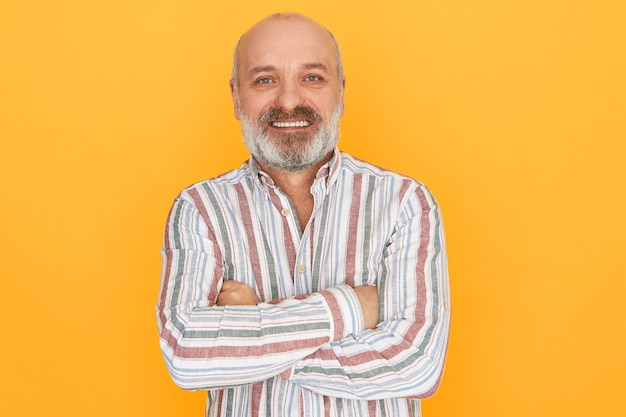 Hombre barbudo posando con camisa a rayas