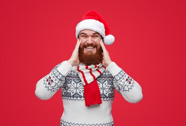 Hombre barbudo en santa sombrero emocionado