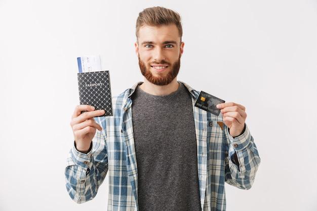 Hombre barbudo sonriente en camisa preparándose para viajar