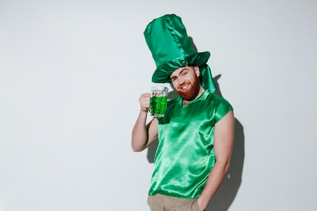 Hombre barbudo sonriente en traje verde
