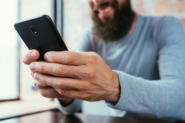 Hombre barbudo con teléfono
