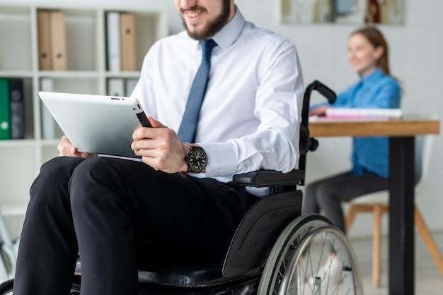 Hombre barbudo trabajando en una computadora portátil en la oficina