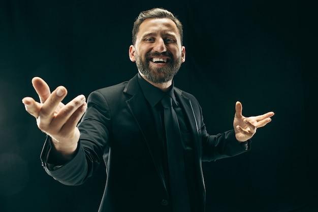 El hombre barbudo con traje. hombre de negocios elegante en estudio negro