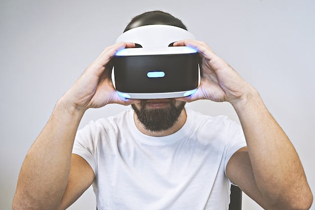 Hombre barbudo usa gafas 3d y disfruta de la realidad virtual.