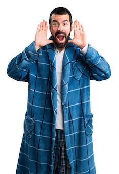 Hombre en bata haciendo gesto de sorpresa