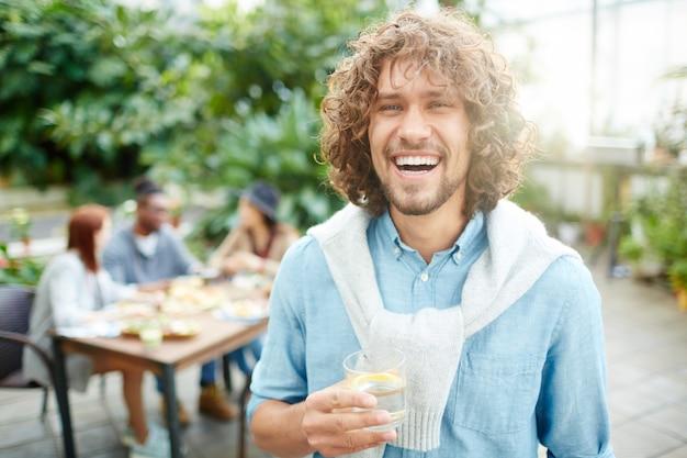 Hombre con bebida