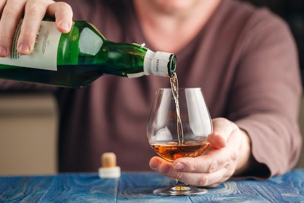Hombre bebiendo whisky de malta en tiempo de relax