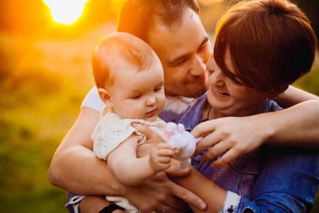 El hombre besa a la mujer abrazándola y a la niña