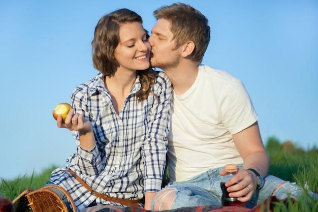 Hombre besando a mujer en la cara
