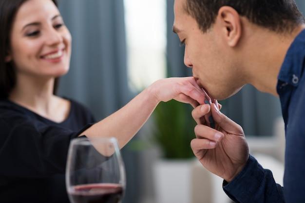 Hombre besando el primer plano de la mano de su novia