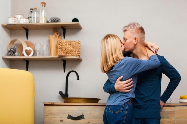 Hombre besando a su novia en la mejilla