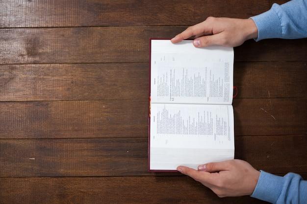 Hombre con una biblia
