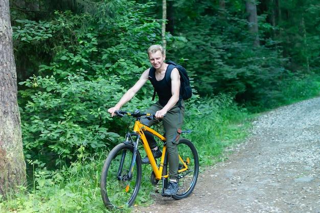 El hombre en bicicleta en el bosque