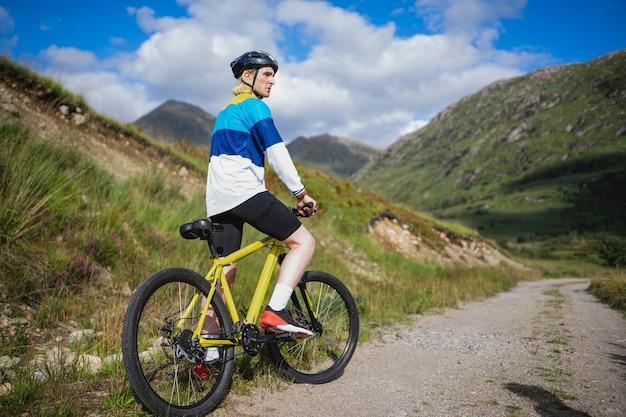 Hombre en bicicleta por un camino de tierra