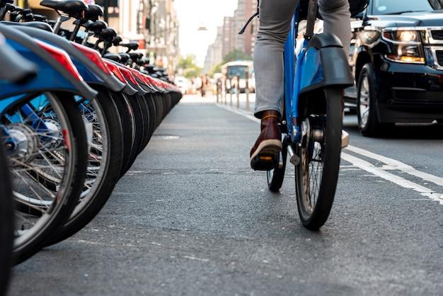 Hombre en bicicleta en la ciudad desde atrás