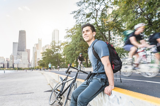 Hombre con bicicleta relajada carril bici siguiente en chicago