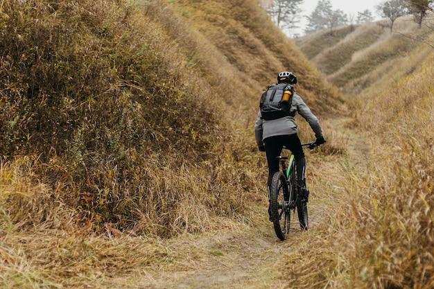Hombre en bicicleta por el sendero de la montaña