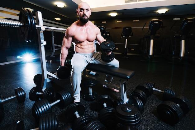 Hombre bien construido levantando pesas