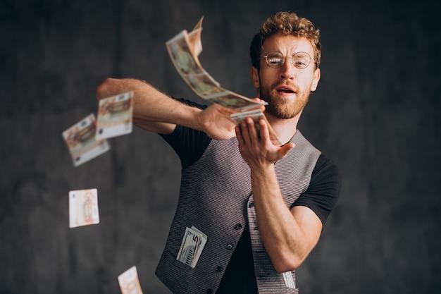 Hombre con billetes aislado en estudio